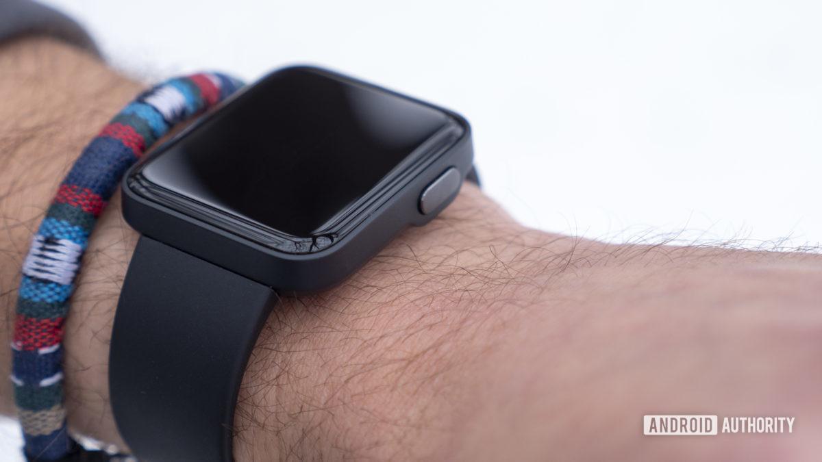 xiaomi mi watch lite review no botão físico lateral do design do pulso