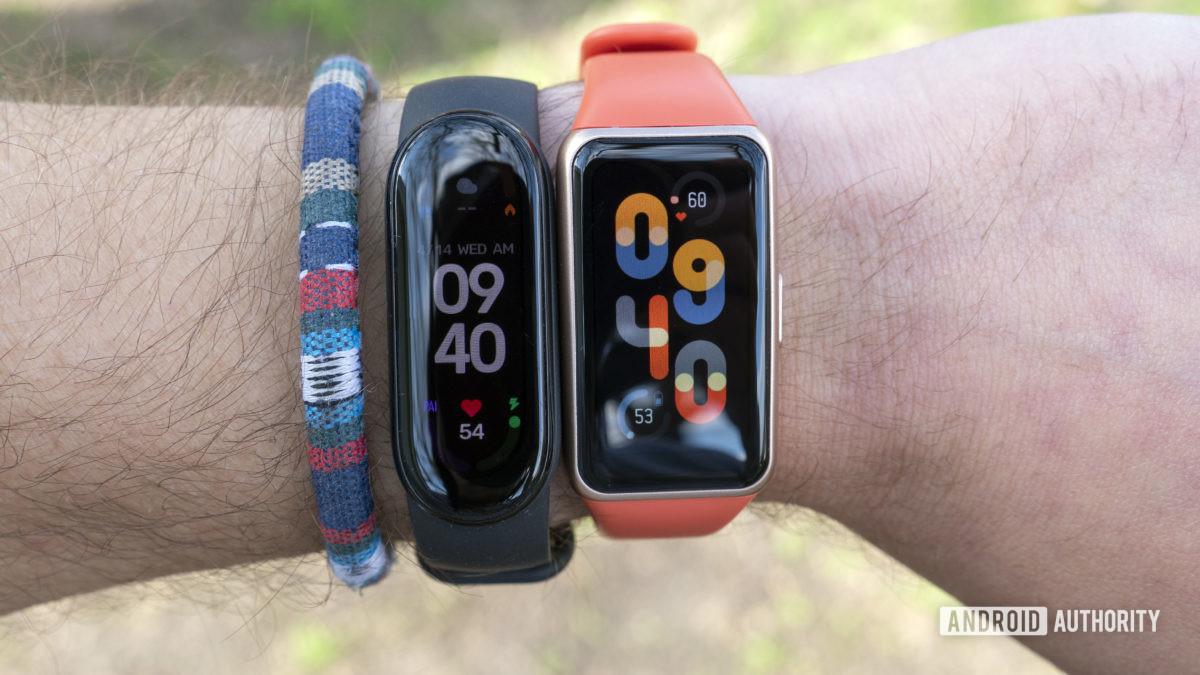Huawei Band 6 avaliação vs xiaomi mi band 6 no pulso