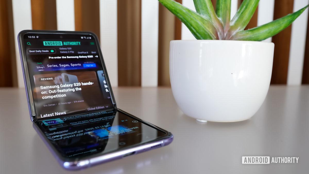 Samsung Galaxy Z Flip inclinado para trás