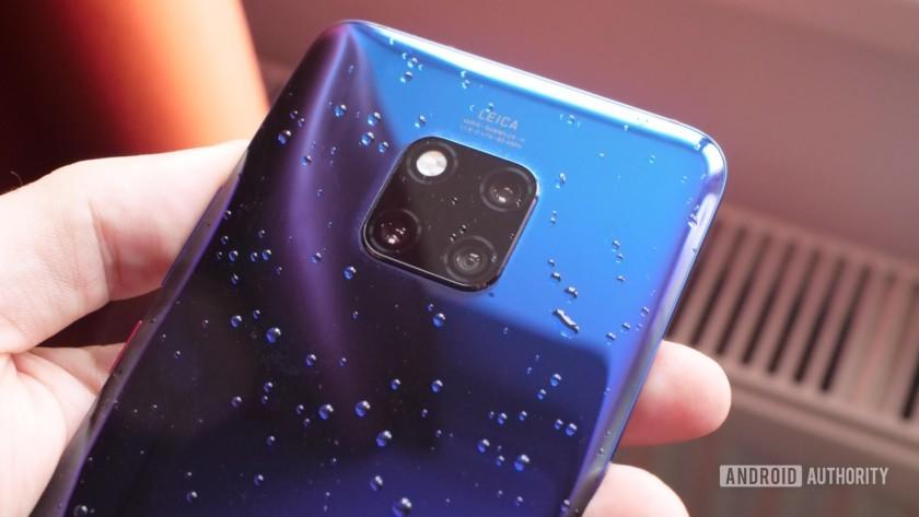 Huawei mate 20 pro no crepúsculo com água nas costas