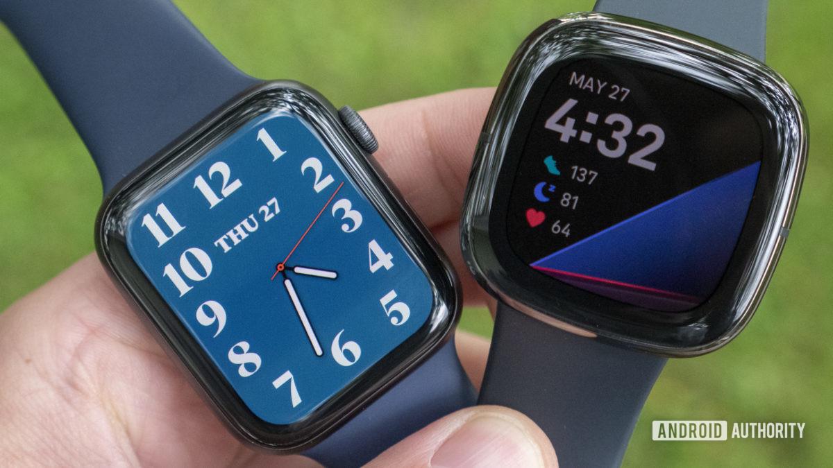 Os mostradores do relógio Fitbit Sense vs Apple Watch Series 6 exibem 1