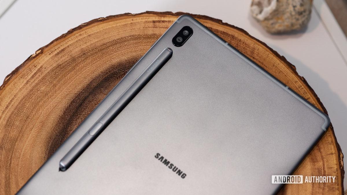 Samsung Galaxy Tab S6 na mesa com S Pen