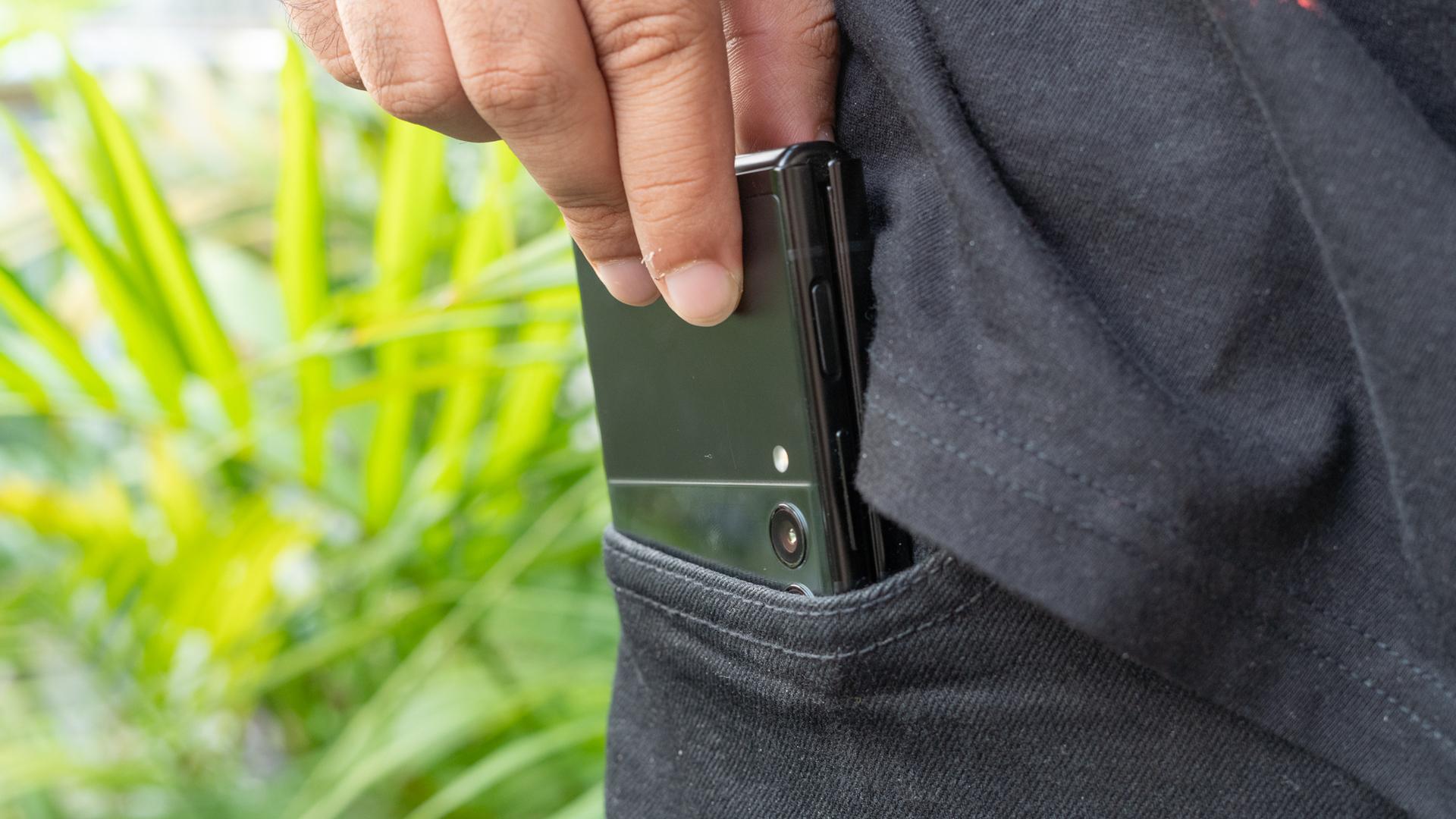 Samsung Galaxy Z Flip 3 telefone móvel no bolso