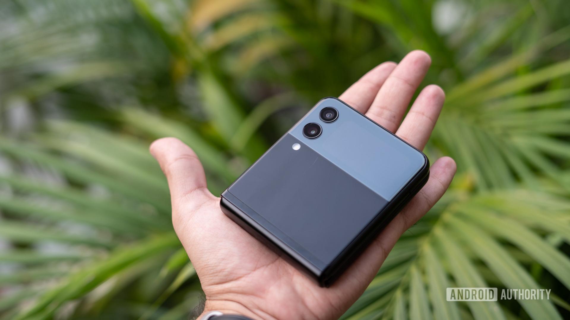 Samsung Galaxy Z Flip 3 na mão fechado