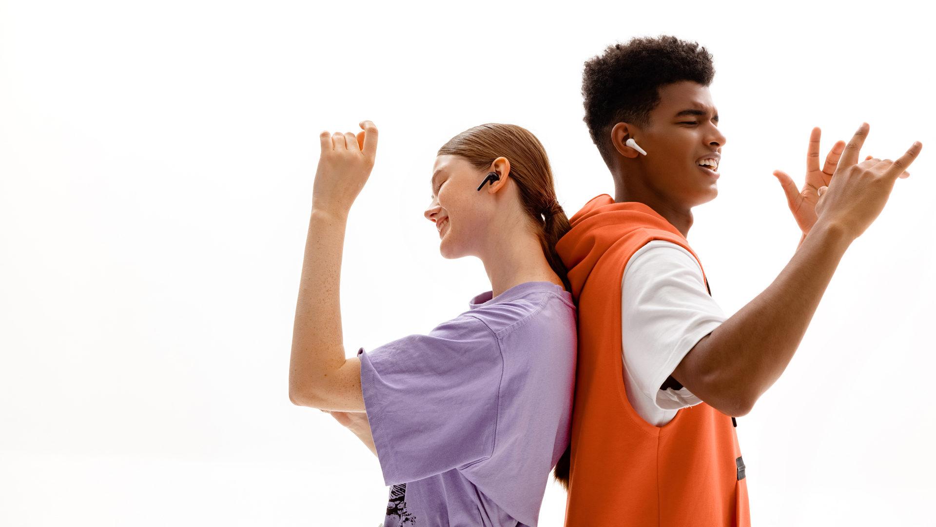 Duas pessoas usam o 1MORE Comfobuds 2 enquanto dançam.
